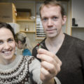 Har du sett en slik sensor før? Med den kan forskerne Kirsten Brun Kjelstrup og Vegard Heimly Brun lese av hvordan aktiviteten i hjernecellene påvirkes av hormoner. Foto: Jan Fredrik Frantzen