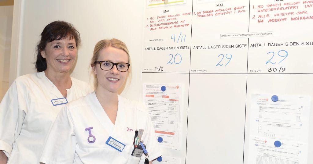 Gry Luneborg (til venstre) og Gina Øyen ved kvalitetstavla som de daglig benytter ved sengepostavdelingen ved UNN Narvik. Målet er måltall på 50, da får de kake fra sjefen. Luneborg har jobbet ved sykehuset i 28 år, de 14 siste som sykepleier. Øyen var ferdigutdannet for tre år siden. Foto: Per-Christian Johansen