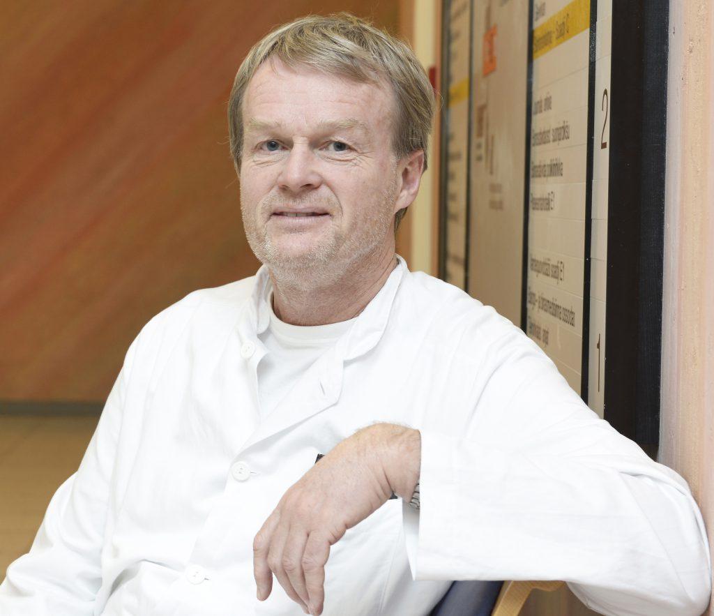Overlege Claus Albretsen ved nevrologisk avdeling sier at gode vurderinger er avgjørende når en pasient med akutt hjerneslag ankommer sykehuset. Da vurderes blant annet trombolysebehandling. Foto: Per-Christian Johansen