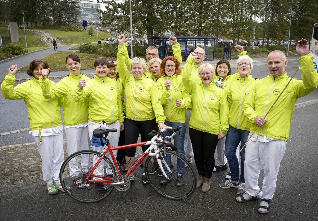 Denne gjengen med UNN-ansatte ble belønnet for å sykle til jobb i fjor sommer. De fikk tildelt sykkeljakker med UNN-logo i forbindelse med Arctic Race of Norway i Tromsø. Foto: Per-Christian Johansen
