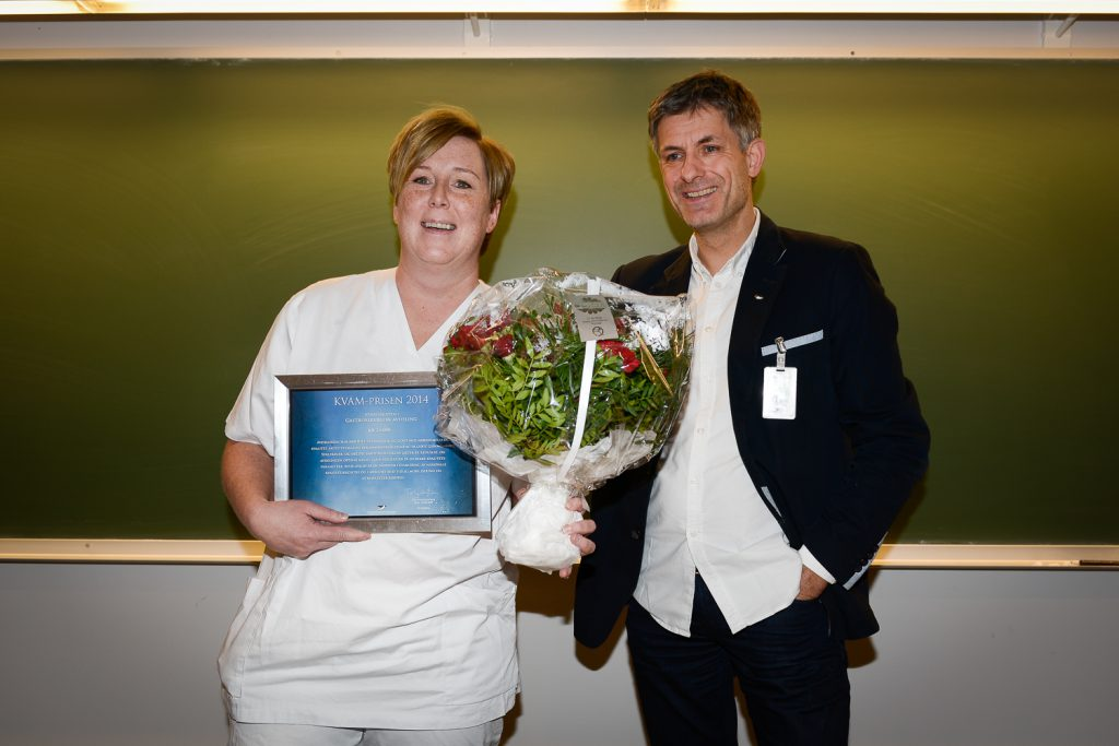 Gro Jensen mottok KVAM-prisen ved UNN for 2014. Her sammen med direktør Tor Ingebrigtsen. Foto: Jan Fredrik Frantzen
