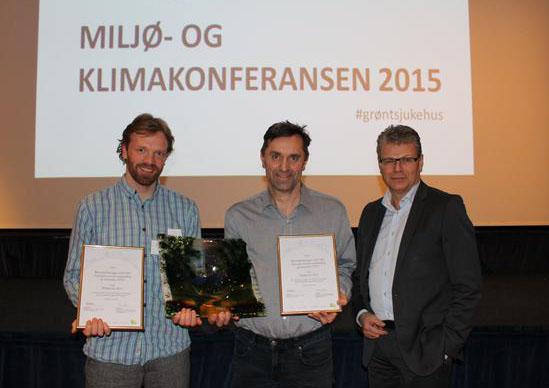 Avdelingsleder ved barnehabiliteringa, Oddmar Ole Steinsvik (til venstre), mottok miljøprisen sammen med Oddvar Hagen (midten) fra NST. Til høyre Herlof Nilssen, administrerende direktør i Helse Vest. Foto: Helse Vest