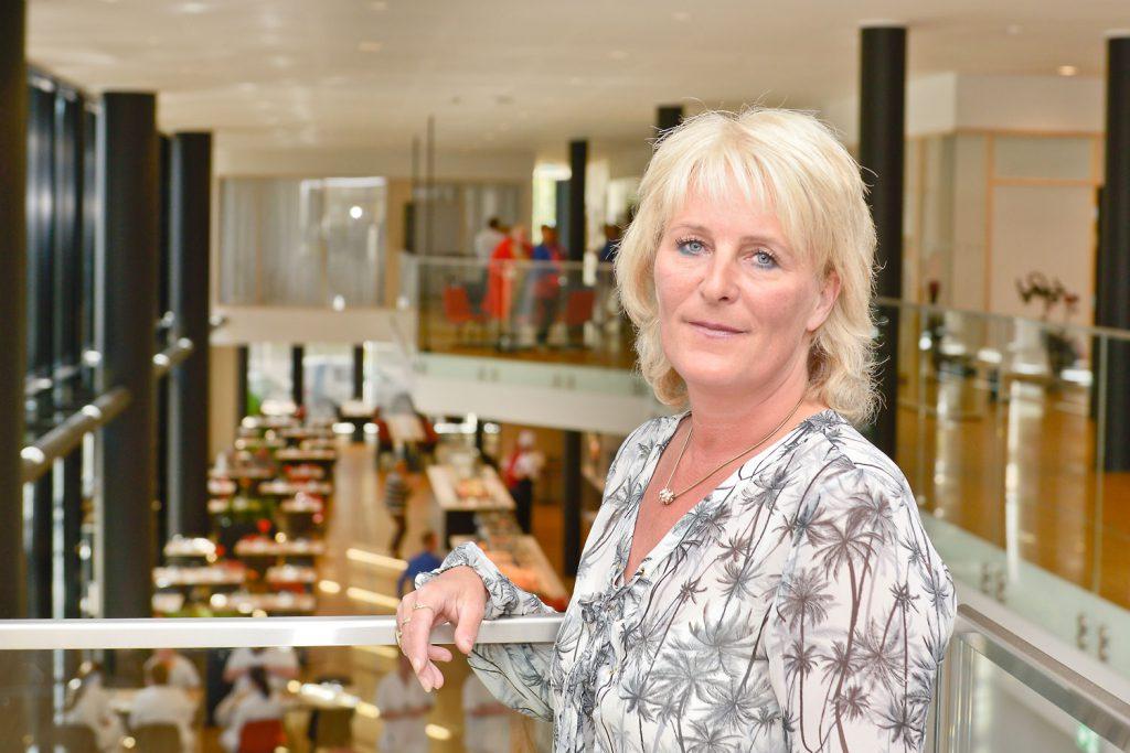 Anita Knutsen fra Sortland er pasient ved UNN. Hun er imponert over standarden og de trivelige omgivelsene i det nye Pingvinhotellet i Tromsø. Foto: Frode Abrahamsen, UNN