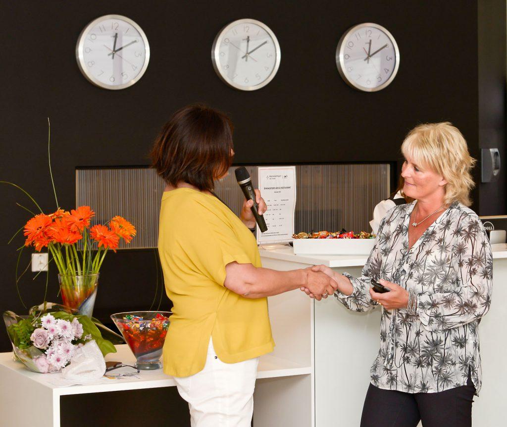 Viseadministendende direktør i UNN, Marit Lind ønsker Anita Knutsen fra Sortland velkommen som første pasient ved det nye Pingvinhotellet i Tromsø.