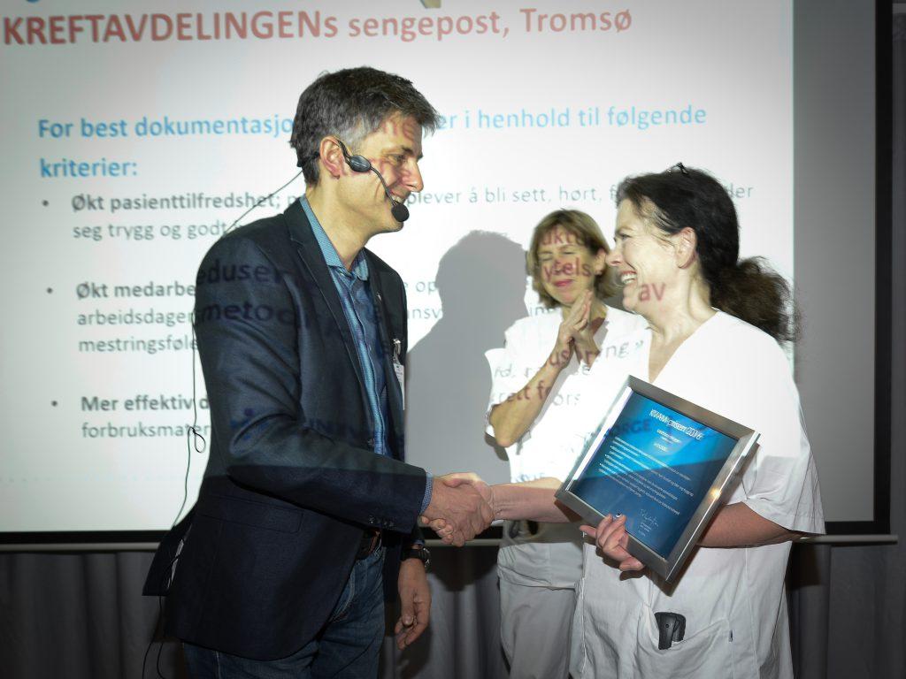 Prosjektleder Berit Sletten tok imot KVAM-prisen for 2016 på vegne av Kreftavdelinga.