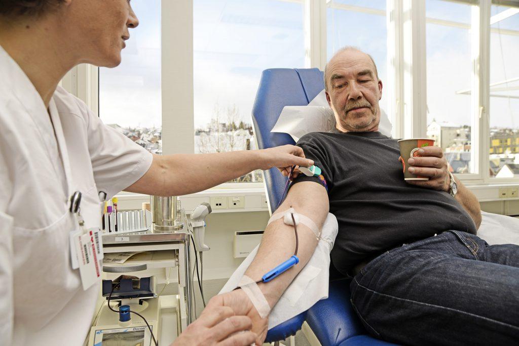 Terje Kjeldsen gir her blod for 64. gang. Han har vært blodgiver siden 1995. Foto: Rune Stoltz Bertinussen