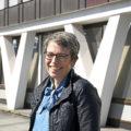 Vibeke Haukland har alltid vært engasjert og har hatt lyst til å gjøre en forskjell. Nå har hun virkelig sjansen til det, som ny driftsleder ved UNN Narvik. Den nye lederens initial er en del av konstruksjonen rundt hele det gamle sykehuset. Foto: Rune Stoltz Bertinussen, Krysspress