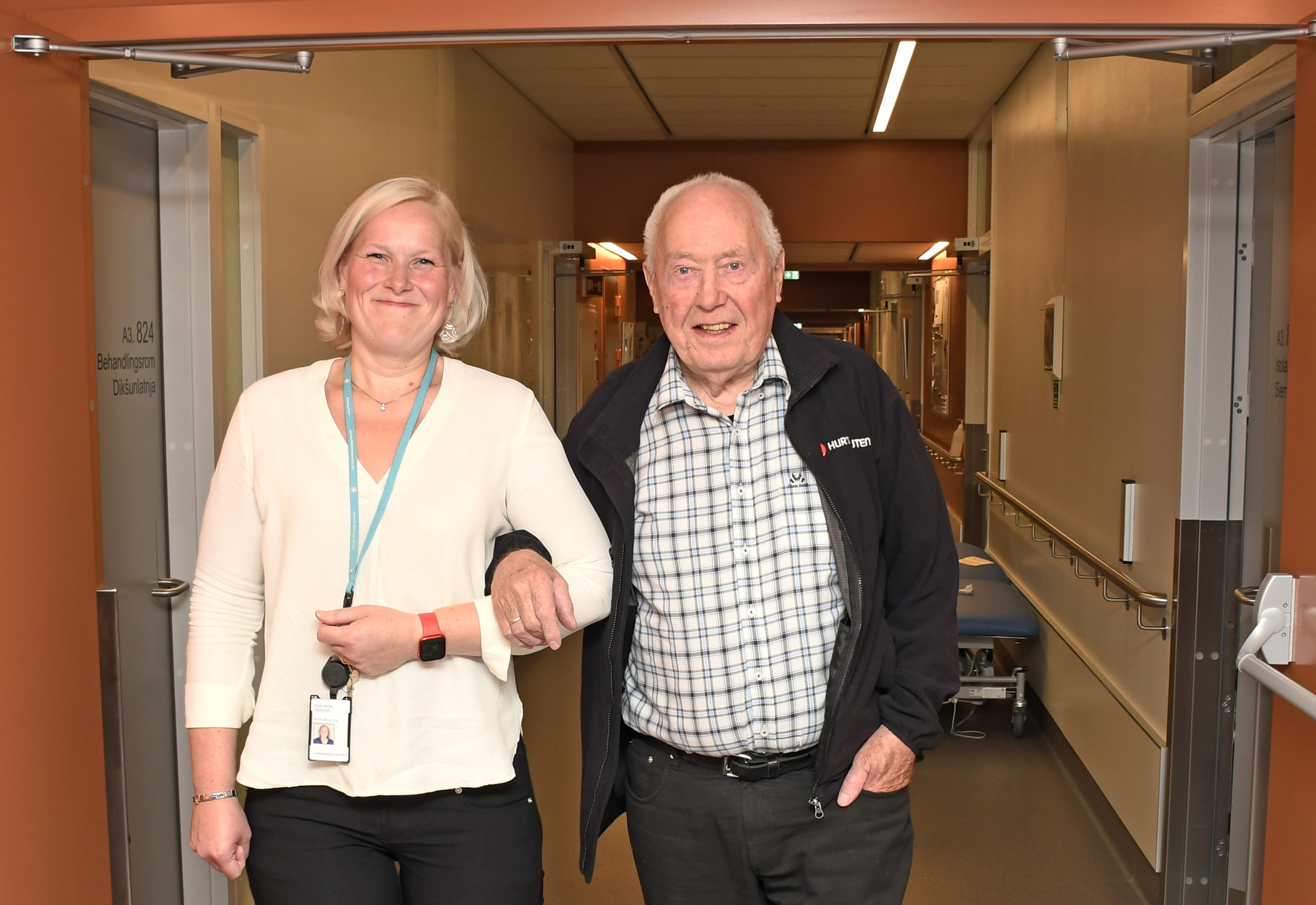 Pasient arm i arm med helsepersonell